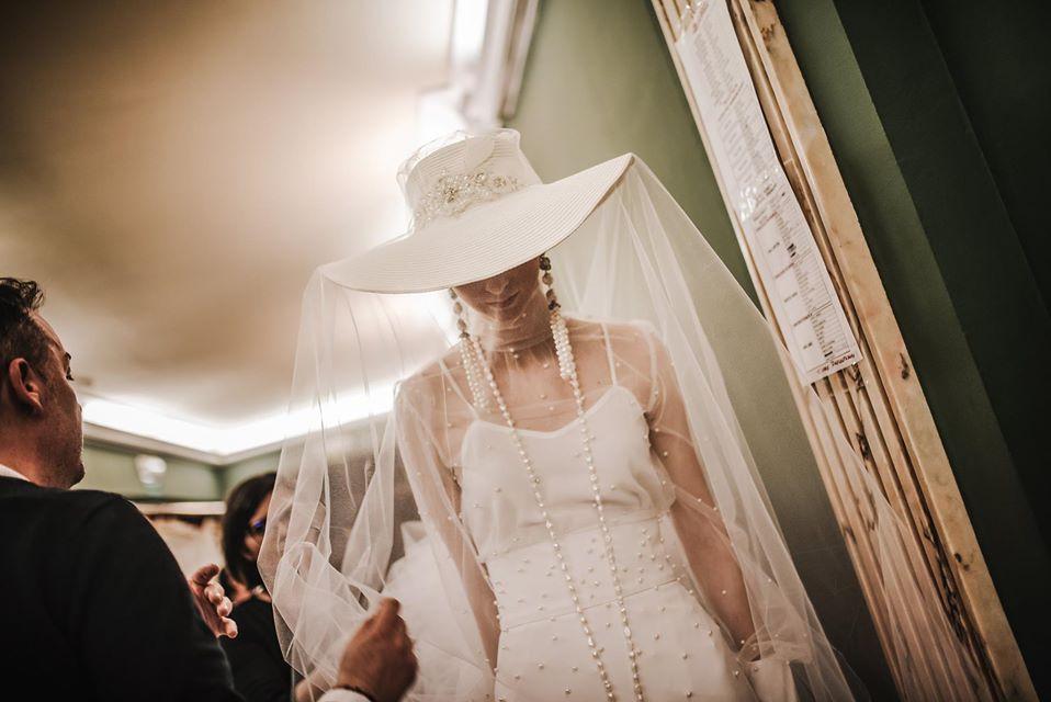 Vestido de novia Montse Arias Costura con tocado Ramón Rebolo
